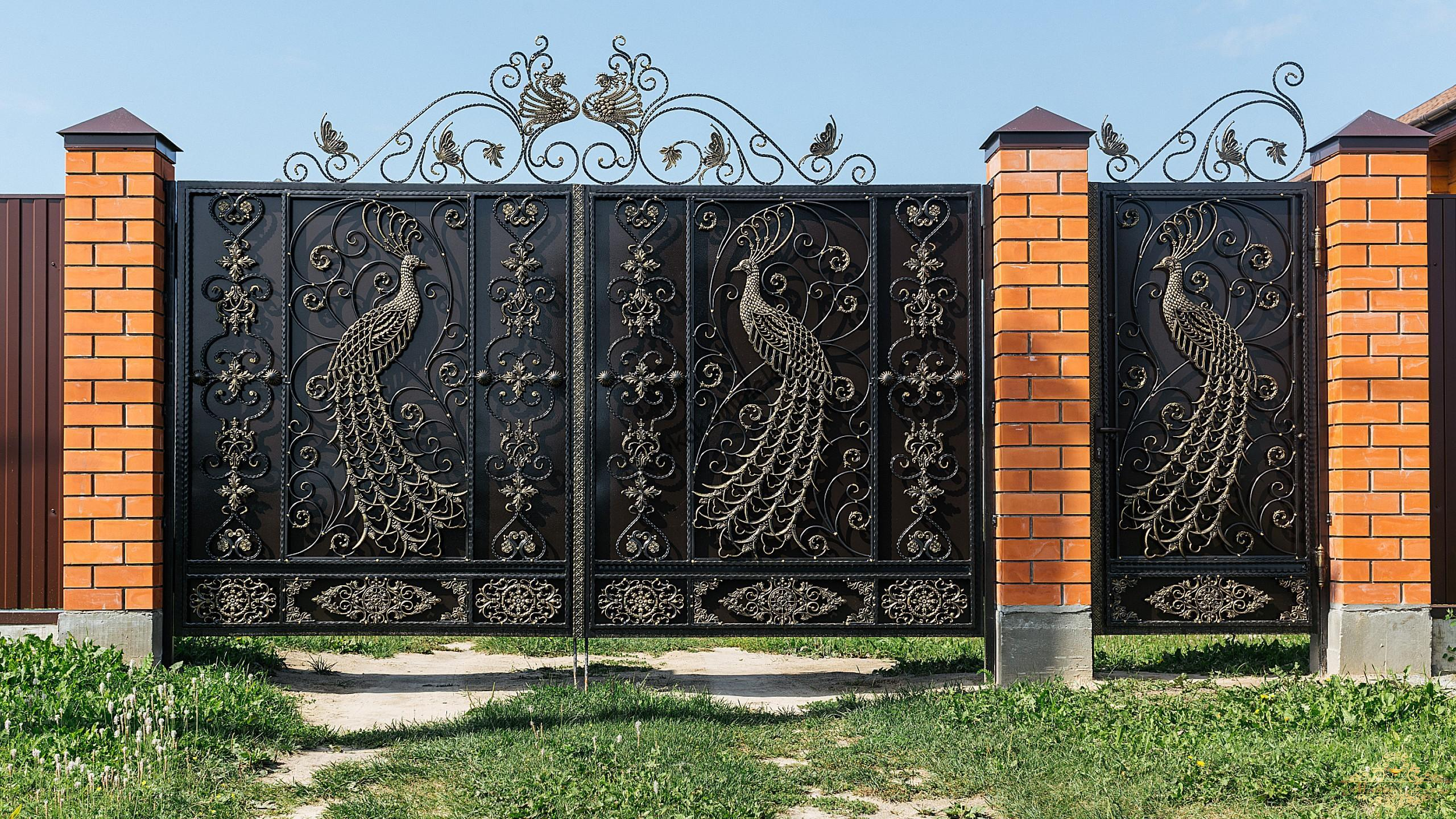 Кованые ворота и калитка с павлином
