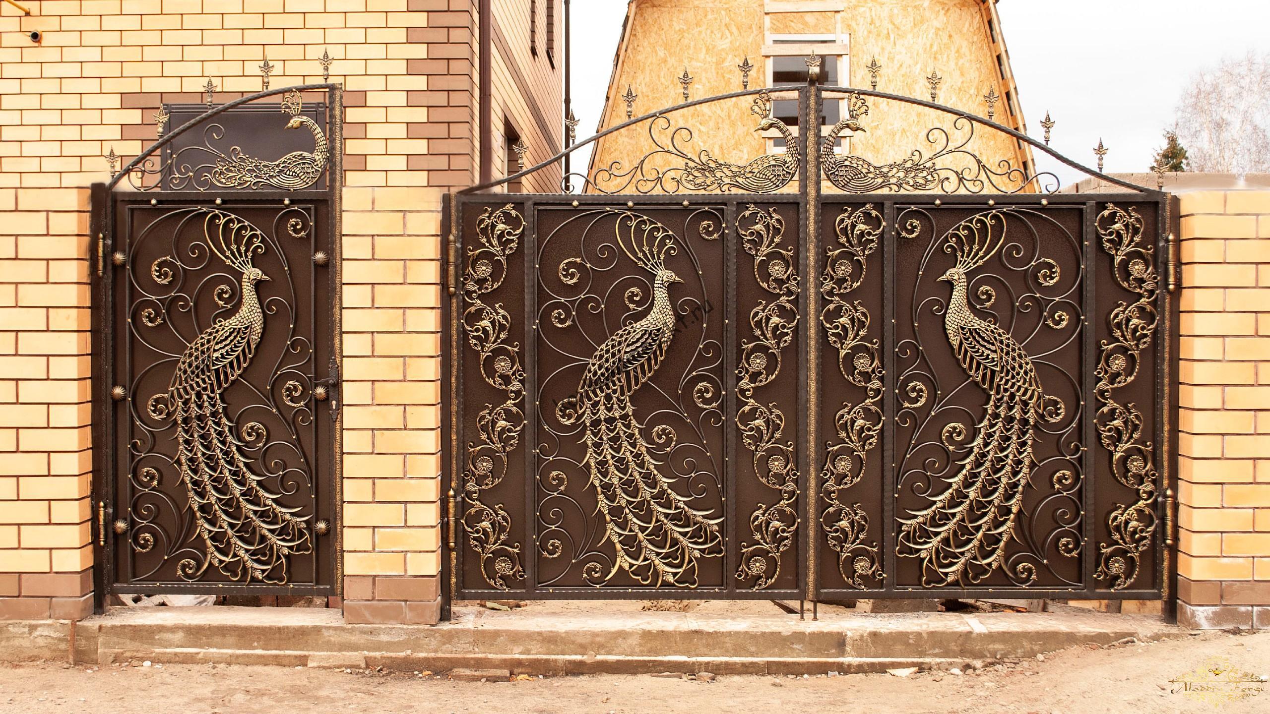 Кованые ворота и калитка с павлином и пиками
